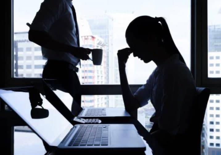 Quấy rối tình dục nơi công sở là hành vi bị nghiêm cấm.